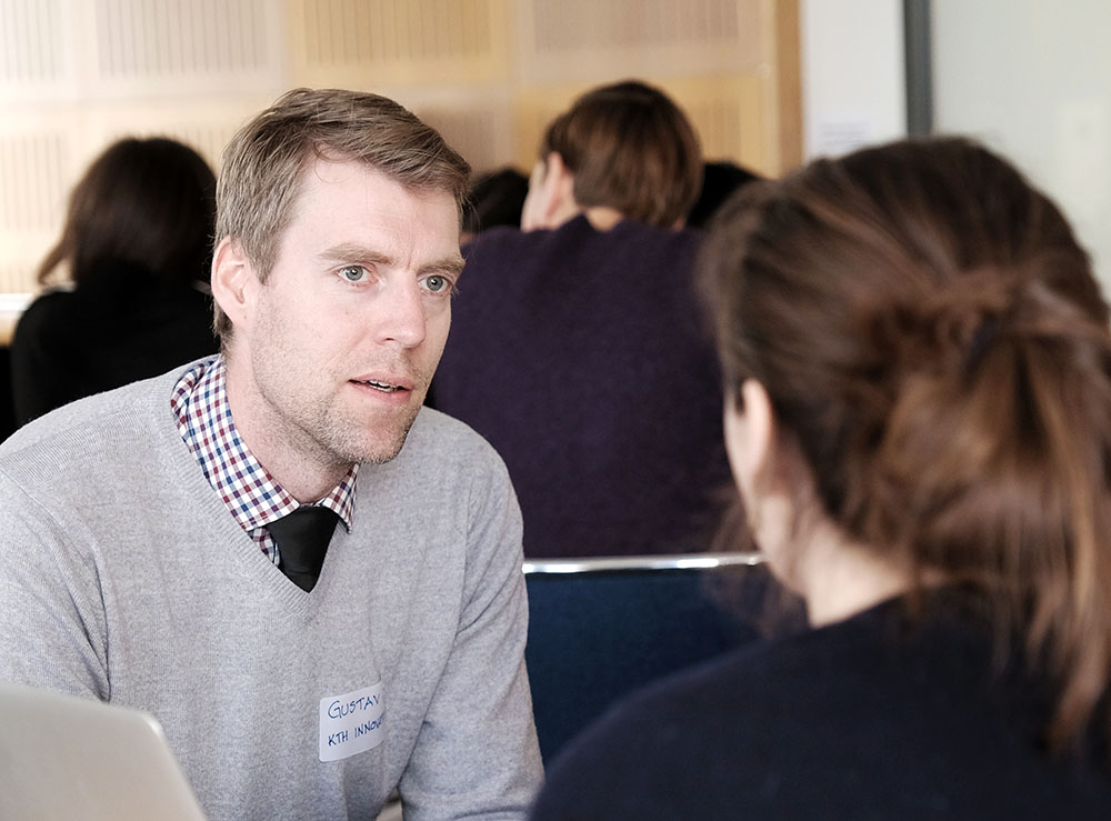 Gustav Notander, Business Development Coach at KTH Innovation, coaching a team.